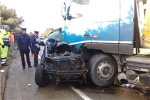 Maltempo, auto contro camion, due morti sulla Sassari-Olbia